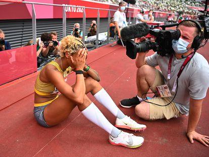 Un cámara graba a la atleta alemana Malaika Mihambo tras ganar la medalla de oro en la final de salto de longitud este martes.