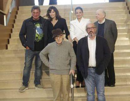 Woody Allen, junto a los actores Sergi López, Gina Gershon, Elena Anaya y Wally Shawn, y el productor Jaume Roures.