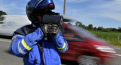 Un agente francés utiliza un radar láser similar al que, desde este verano, usan los efectivos de Tráfico de Euskadi.