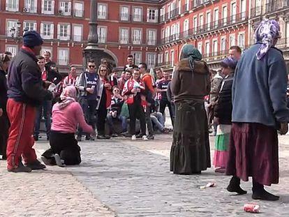 Los ultras del PSV, en la Plaza Mayor, lanzándole monedas a las mujeres, en 2016.