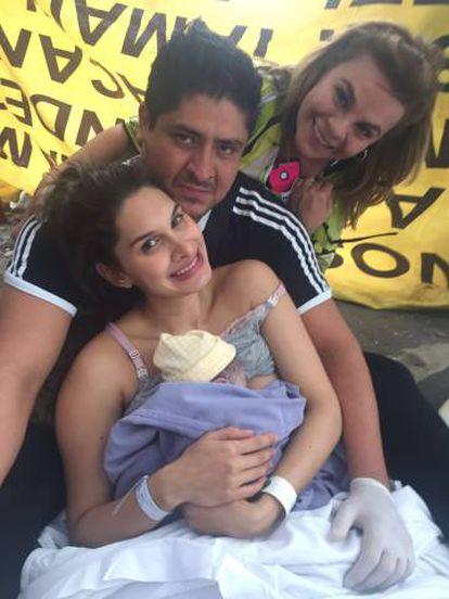 Jessica Mendoza, Amado Ortiz, el recién nacido y la madre de ella.