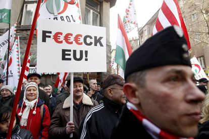Partidarios de extrema derecha se manifiestan contra la UE en Budapest.