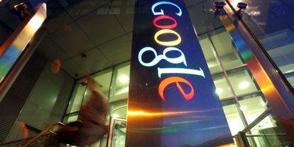 Cartel de Google a las puertas de la sede de la compañía en Dublín (Irlanda).