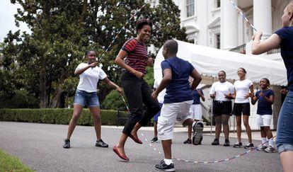Michelle, jugando con sus hijas y amigos en el jardín de la Casa Blanca, y con uno de los perros de la familia.