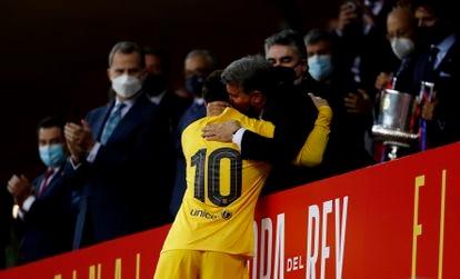 Joan Laporta felicita, ante la mirada del rey Felipe VI, a Messi por la victoria en la Copa del Rey.