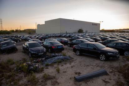 Cientos de coches de VTC del Grupo Auro aparcados este martes en su parking en un polígono de Vicálvaro en Madrid.