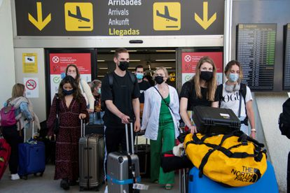 Varios viajeros llegan al aeropuerto de Palma de Mallorca.