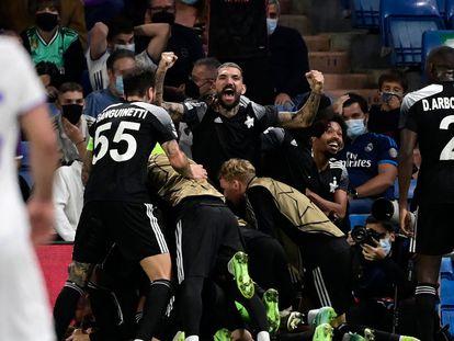 Los jugadores del Sheriff celebran su gol contra el Real Madrid.