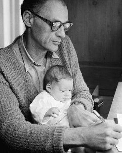 Arthur Miller, con su hija Rebecca en el regazo, retratado en 1962 por su esposa, Inge Morath.