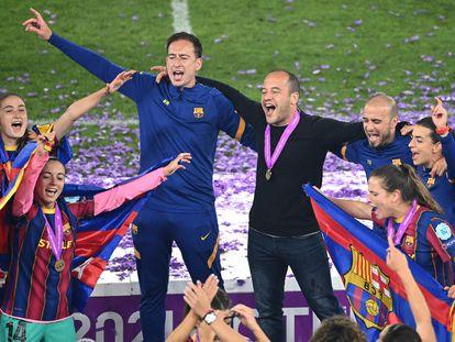 Lluís Cortés y las jugadoras celebran la primera Champions del Barcelona.