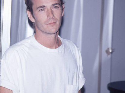 Luke Perry, que interpretó al rebelde Dylan McKay en 'Sensacion de vivir', fotografiado en una fiesta a mediados de los noventa.