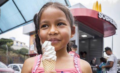 Una niña prueba un helado una mañana de noviembre en Cidade Tiradentes