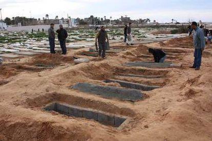 Varios hombres cavan fosas comunes para víctimas de la represión en Trípoli, en una imagen proporcionada por la ONG OneDayOnEarth.