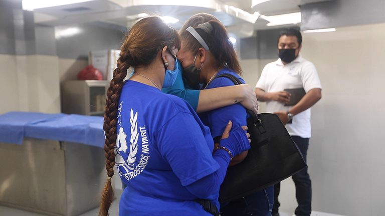 Susana Corona es abrazada por sus compañeras del colectivo Guerreras en Busca de Nuestros Tesoros.