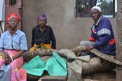 Asha, Mariam y Saidi Solemani, hermanos, frente a la casa que habitan en Kisambare. Viven con dos nietos de Mariam y hay días que tienen que sobrevivir con menos de 20 céntimos al día.