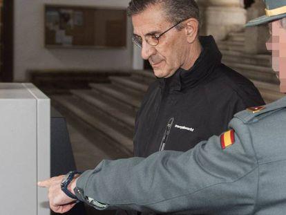 El padre Román,a su llegada a la sede de la Audiencia Provincial de Granada, este lunes.