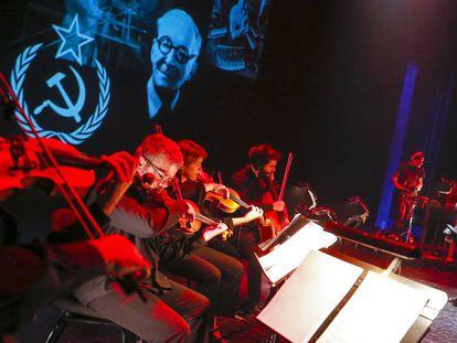 The Pinker Tones y el Quartet Brossa, en el ensayo de su espectáculo-tributo a Leon Theremin.