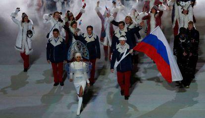 Irina Shayk, delante de la delegación rusa, en la apertura de los Juegos de Sochi.