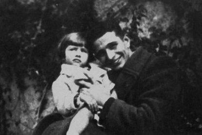 Sofia a los tres años con su padre, Riccardo Scicolone.