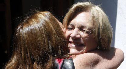 La candidata de la derecha, Matthei, abrazada por una seguidora.