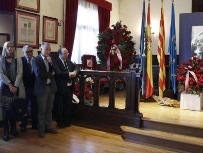 Dirigentes del PSC ante las cenizas de Chacón en el Ayuntamiento de Esplugues de Llobregat.
