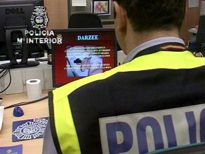 Un agente de la Brigada de Investigación Tecnológica observa imágenes de pornografía infantil incautadas.