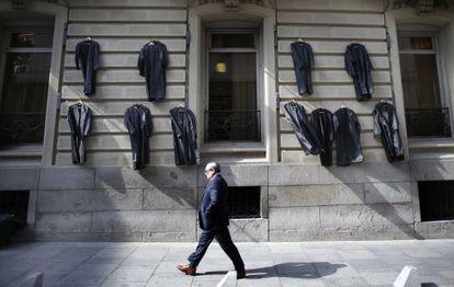 Togas colgadas ayer en la fachada del Colegio de Abogados, en la calle de Serrano.