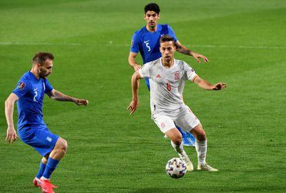 Canales controla el balón ante la presión de los defensas griegos.
