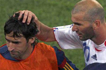 Zidane consuela a Raúl tras finalizar el partido.