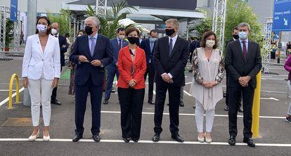 La ministra de Industria, Comercio y Turismo de España, Reyes Maroto, junto a otras autorizadas en un acto en Amazon, en Illescas (Toledo).