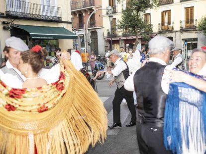 Grupo de chulapos bailando en una calle de La Latina. DAVID EXPÓSITO