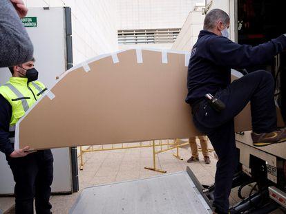 Momento en el que son montadas en el camión las obras enviadas a Barbastro desde el Museo de Lleida.
