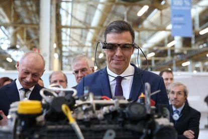 Pedro Sánchez usa unas gafas de asistencia remota durante su visita este lunes a la factoría de Renault en Valladolid.