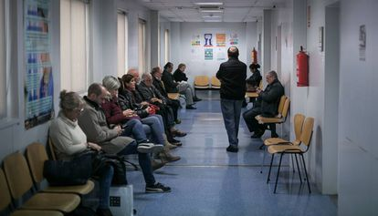 Varias personas en la sala de espera de un centro sanitario