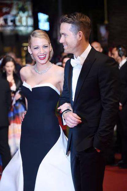 Reynolds y su mujer, la actriz Blake Lively, en el festival de cine de Cannes (2014), cuando rompieron el protocolo. La pareja acaba de tener su segundo hijo.