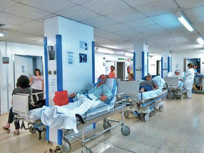 Pasillos de urgencias colapsados, el año pasado, en el hospital de Bellvitge de Barcelona.