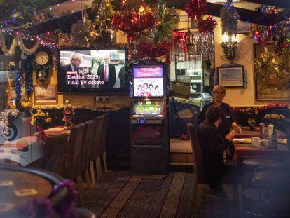 Una televisión muestra un anuncio del debate electoral británico en una taberna de Gibraltar.