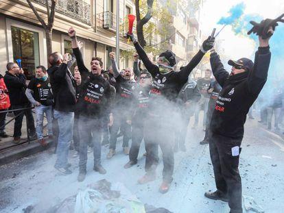 Manifestación de funcionarios de prisiones ante la sede del PSOE.