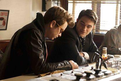 Dane DeHaan como James Dean (izquierda) y Robert Pattinson, como Dennis Stock, en 'Life'.