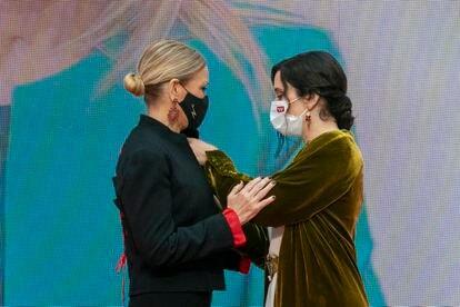 La presidenta de la Comunidad de Madrid, Isabel Díaz Ayuso (derecha), hace entrega de la medalla de oro a la expresidenta regional Cristina Cifuentes, este domingo.