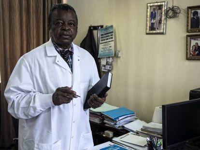 El doctor Muyembe, en su despacho de Kinshasha.