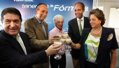 Olivas, Fernando Roig, Ecclestone, Camps y Barberá celebran el acuerdo para la F-1 en Valencia.