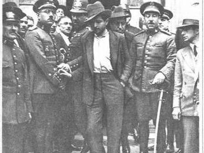 Ricardito sale de la Jefatura de Policía de Barcelona, en mayo de 1929.