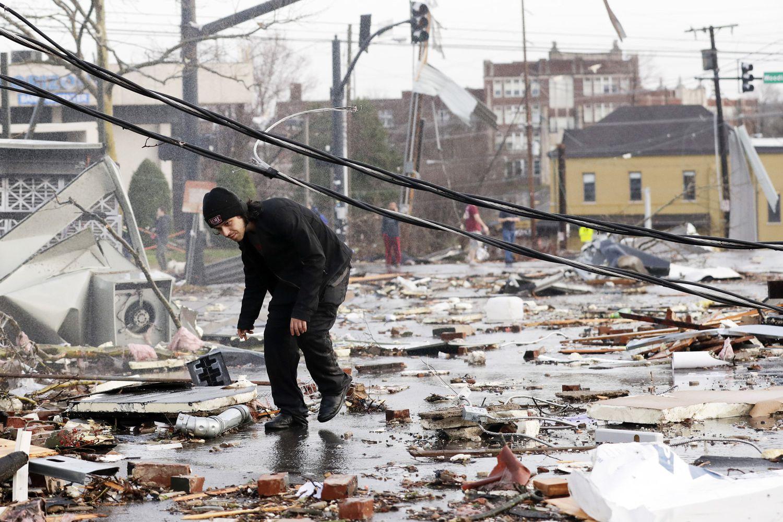 Un hombre camina entre los escombros en Nashville, Tennessee.
