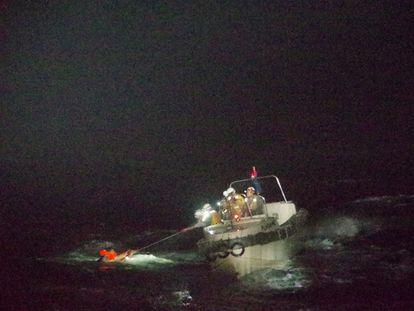 El náufrago del carguero de ganado hundido con el chaleco salvavidas, este miércoles en el Mar Oriental de China.