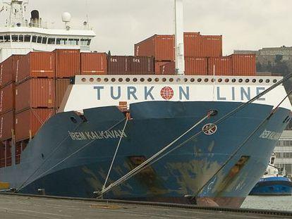 Un barco mercante en el puerto de Barcelona.