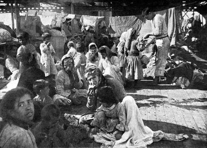 Refugiados armenios en la cubierta de un buque francés, huidos del genocidio.