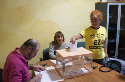 Una vecina de Kuartango vota en la consulta con una camiseta en contra del 'fracking'.