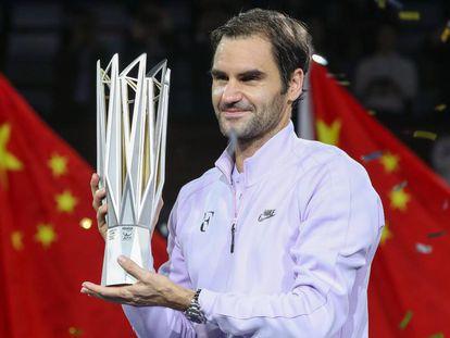 Federer, con el trofeo de Shanghái.