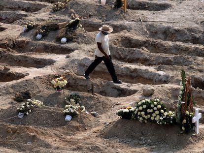 Un sepulturero camina entre las tumbas del cementerio de Acapulco.